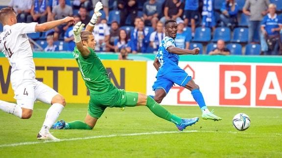Tor zum 2:2 durch Sirlord Conteh FCM, 17 gegen Torwart Dennis Smarsch St. Pauli, 1.