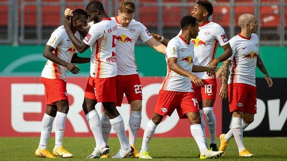 emotionen um den Torschuetzen zum 1:0 Amadou Haidara RB Leipzig