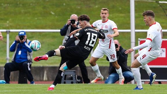 Florian Kath 1. FC Magdeburg,18 gegen Lukas Boeder Hallescher FC Halle,29 und Anthony Syhre Hallescher FC Halle