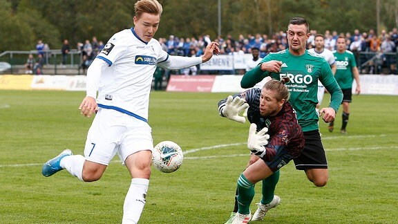 Magdeburgs Anthony Roczen schiesst aufs Tor von Warnaus Lucas Vincetin