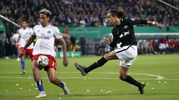 Im Bild von links - Leo Lacroix (2, Hamburg) und Yussuf Poulsen (9, RB Leipzig).