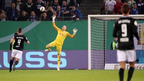 Tor für Hamburg. Bakery Jatta (18, Hamburg) trifft zum 1:1. Torwart Peter Gulacsi (1, RB Leipzig) kann nicht abwehren.