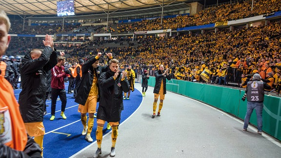 Dresdens Spieler bedanken sich bei den mitgereisten Fans.