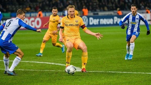 Dresdens Marco Hartmann Mitte am Ball DFB-Pokal 2. Runde: Hertha BSC - SG Dynamo Dresden