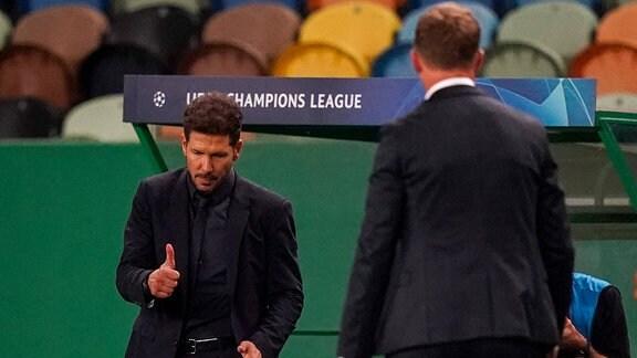Trainer Diego Simeone (Atletico) gratuliert Trainer Julian Nagelsmann (RBL)