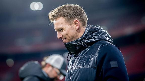 Liverpools Trainer Jürgen Klopp und Leipzigs Coach Julian Nagelsmann gehen nach dem Spiel aneinander vorbei.