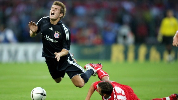 Toni Kroos (Bayern, li.) gegen Alexander Schnetzler (Erfurt)