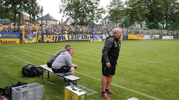 Trainer Heiko Scholz (Lok) vor den Fans von Lok Leipzig.