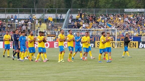 Lok Leipzigs Spieler bedanken sich bei ihren Fans
