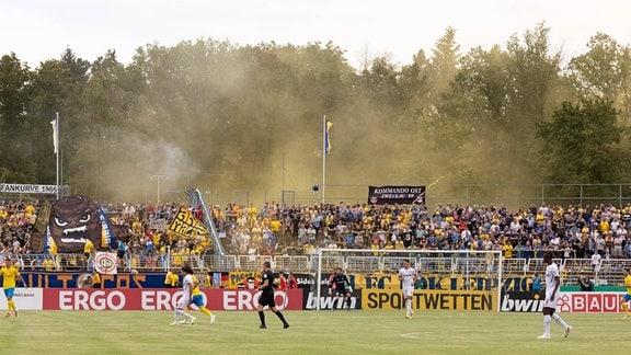 Pyro beim Spiel FC Lok Leipzig gegen Bayer 04 Leverkusen