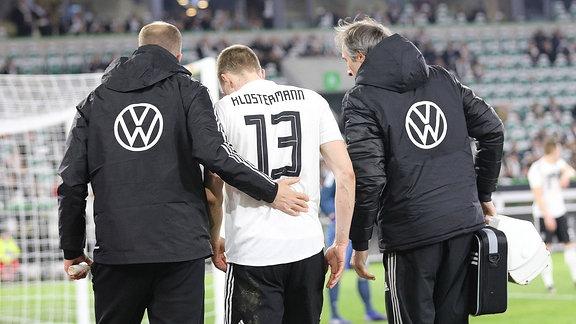 Lukas Klostermann (DFB, 13) verletzt sich und muss ausgewechselt werden