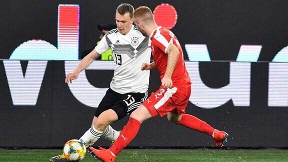 Lukas Klostermann (Deutschland), beim Zweikampf mit Miroslav Bogosavac (Serbien), Deutschland - Serbien Freundschaftsspiel .