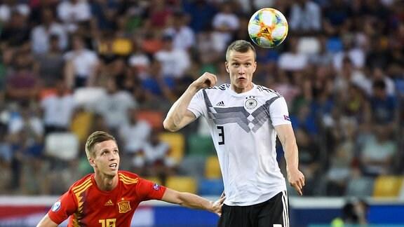 Dani Olmo (Fussballnationalmannschaft Spanien) und Lukas Klostermann (Deutsche Fussball Nationalmannschaft DFB)