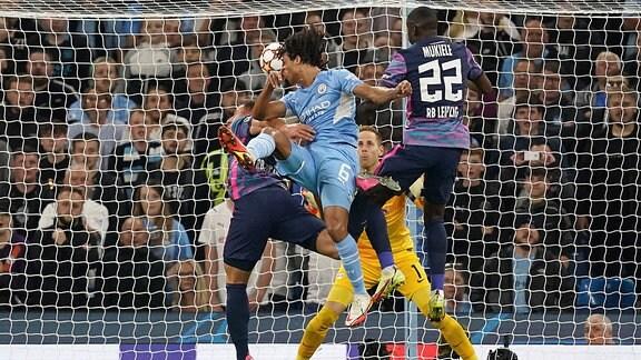 Nathan Ake von Manchester City erzielt das erste Tor des Spiels in der UEFA Champions League.
