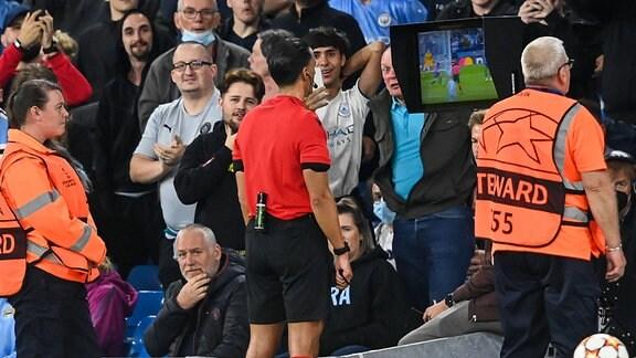 Referee Serdar Gözübüyük schaut sich den Videobeweis an.