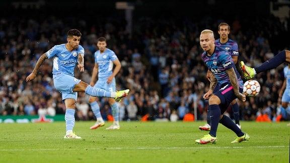 Joao Cancelo mit dem fünften Treffer für Manchester City.