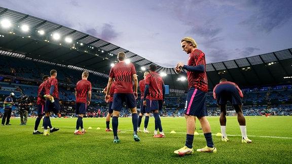 Emil Forsberg und die Mannschaft beim Aufwärmen im Stadion.