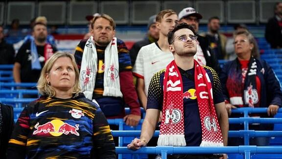 Niedergeschlagen wirkende Fans von RB Leipzig nach Spielende.