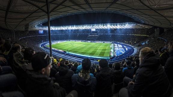 Panoramafoto vom Olympiastadion bei dem Spiel Hertha BSC Berlin gegen Borussia Dortmund in Berlin