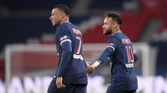 Zwei Fußballspieler laufen auf dem Fußballplatz