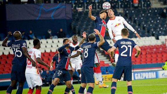 Kopfballduell zwischen Marquinhos, PSG, und Yussuf Poulsen, RB Leipzig.