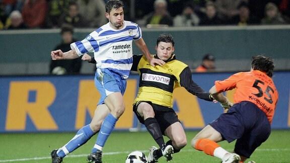 Giovanni Federico (BVB, Mitte) gegen Alexander Maul (li.) und Torwart Vasily Khomutovsky (beide Jena)