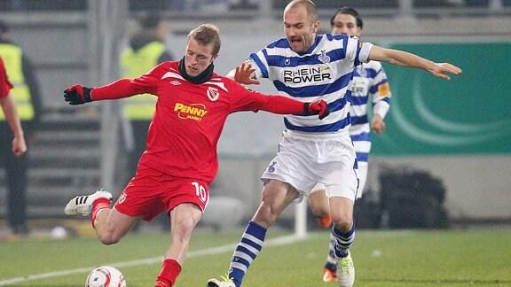 Daniel Adlung (FCE) im Zweikampf mit Ivica Banovic (MSV, Kroatien)