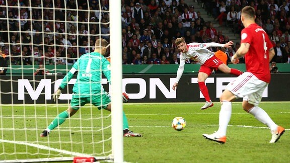 Den Schuß von Timo Werner rettet Niklas Süle auf der Linie
