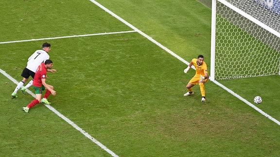 Eigentor von Ruben Dias Portugal zum 1:1 gegen Torhüter Rui Patricio Portugal, links Kai Havertz Deutschland