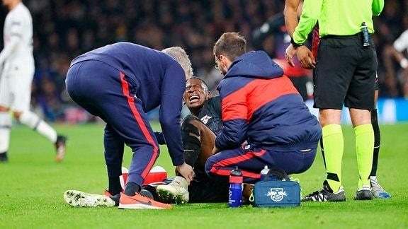 Nordi Mukiele (22, RB Leipzig) muss wegen einer Verletzung behandelt werden.