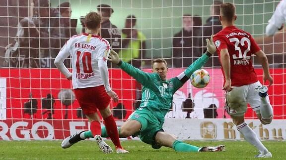 Torwart Manuel Neuer hält gegen Emil Forsberg