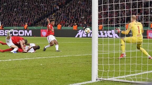 Kingsley Coman (Bayern München) trifft hier zum 0:2