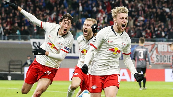 Torjubel - Torschütze Emil Forsberg mit Patrik Schick li. und Konrad Laimer RB Leipzig.