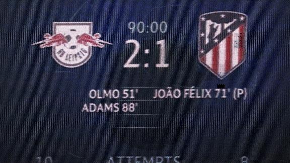 Die Anzeigetafel zeigt den Endstand im Spiel RB Leipzig gegen Athletico Madrid. 2:1.