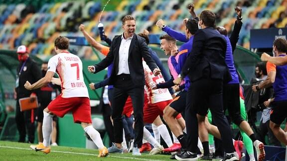 Spieler von RB Leipzig und Trainer jubeln über den Sieg gegen Athletico Madrid.