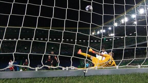 Tor für Leipzig zum 2:1 durch Tyler Adams (14, RB Leipzig) gegen Torwart Jan Oblak (13, Madrid).
