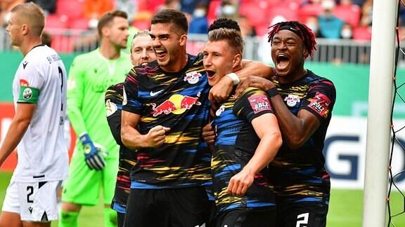 Torjubel zum 0:1, Silva, Andre (33 - RB Leipzig), Orban, Willi (4 - RB Leipzig), Simakan, Mohamed (2 - RB Leipzig)