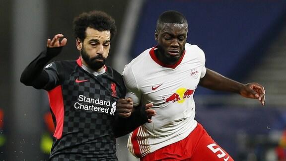 Mohamed Salah und Dayot Upamecano im Kampf um den Ball