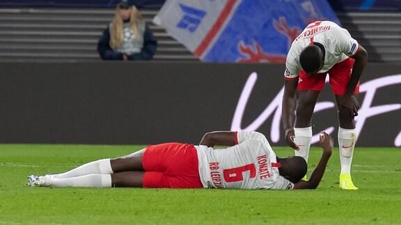 Ibrahima Konaté verletzt am Boden