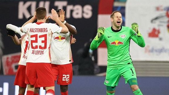 Jubel bei RB Leipzig nach dem Spiel. Tyler Adams 14, RB Leipzig, Marcel Halstenberg 23, RB Leipzig, Nordi Mukiele 22, RB Leipzig und Torwart Peter Gulacsi 1, RB Leipzig.