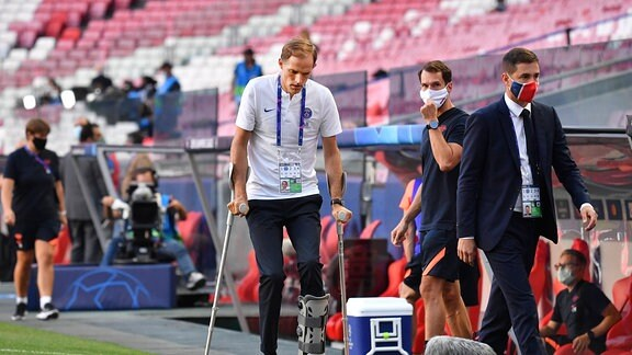 Trainer Thomas Tuchel (PSG) auf Krücken