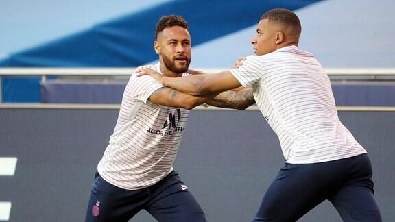 Erwärmung vor dem Spiel v.l.: Neymar (10, Paris) und Kylian MbappŽ (7, Paris)