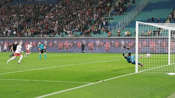 Emil Forsberg (10, RB Leipzig) trifft per Handelfmeter zum 3:2.