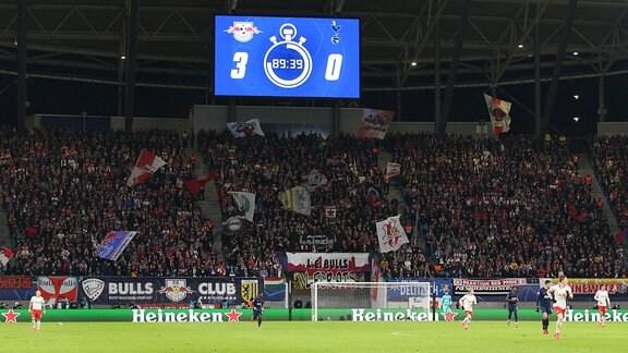 Fanblock RB Leipzig mit Anzeigetafel Spielstand 3-0
