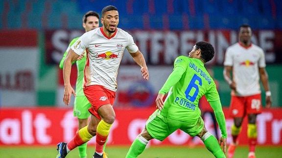 Leipzigs Benjamin Henrichs (weiss) gegen Wolfsburgs Paulo Otavio