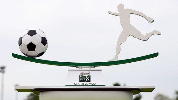 Siegerpokal des Sachsenpokals vor dem Spiel Eilenburg gegen Chemnitz 22.08.2020
