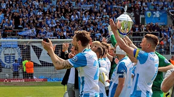 Chemnitzer FC vor Fankurve, Daniel Frahn mit Meisterpokal