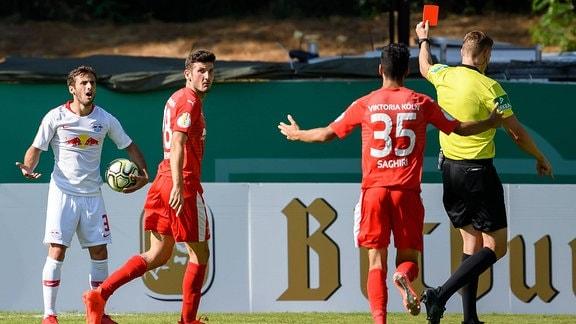 Schiedsrichter Martin Petersen zeigt Marcelo Saracchi (RBL) die rote Karte.