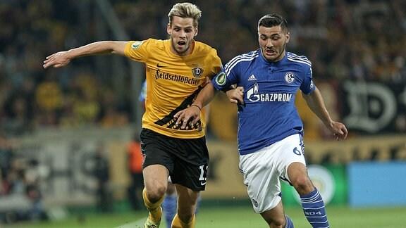 v.l. Justin Eilers (Dynamo Dresden) gegen Sead Kolasinac (Schalke)