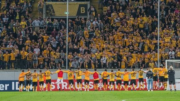 Die Dresdner Mannschaft nach Abpfiff bei den Fans